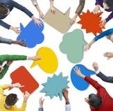 Gente diversa con las burbujas coloridas del discurso Fotografía de archivo libre de regalías