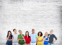 Gente diversa de la pertenencia étnica que piensa mirando concepto de las ideas Foto de archivo