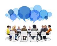 Gente diversa en la reunión con las burbujas del discurso Imágenes de archivo libres de regalías