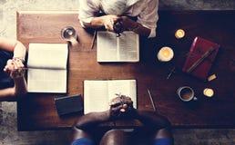 Gente diversa en lanzamiento religioso fotografía de archivo libre de regalías