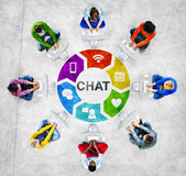 Gente diversa en un círculo usando el ordenador con concepto de la charla Fotos de archivo libres de regalías