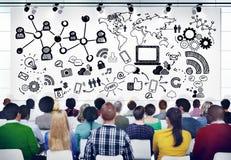 Gente diversa en un seminario sobre medios sociales Imagenes de archivo