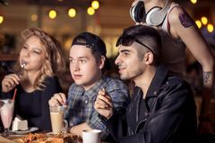 Gente diversa Hang Out Pub Friendship Fotos de archivo libres de regalías