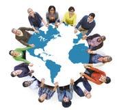 Gente diversa multiétnica del mundo que lleva a cabo las manos Imágenes de archivo libres de regalías