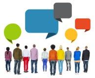 Gente diversa multiétnica que hace frente al revés con las burbujas del discurso Imagen de archivo