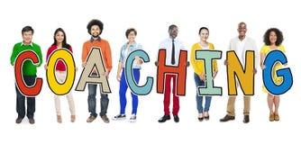 Gente diversa que celebra entrenar del texto Imagen de archivo