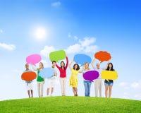 Gente diversa que lleva a cabo burbujas coloridas del discurso Fotografía de archivo