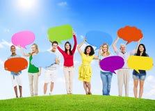 Gente diversa que lleva a cabo burbujas coloridas del discurso Fotografía de archivo libre de regalías