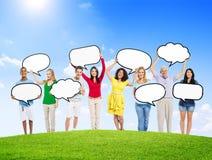 Gente diversa que lleva a cabo burbujas vacías del discurso imágenes de archivo libres de regalías