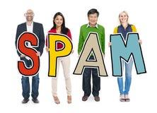 Gente diversa que sostiene Spam del texto Imagen de archivo