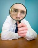 Gente divertente con un magnifier Fotografia Stock