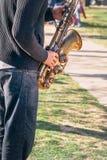 Gente divertente del musicista caucasico per soldi in parco Fotografia Stock Libera da Diritti