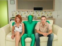 Gente divertida que ve la TV Imágenes de archivo libres de regalías