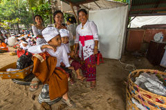 Gente durante el ritual de Melasti Fotos de archivo