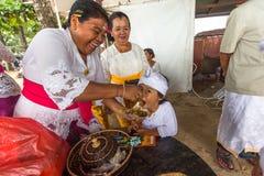 Gente durante el ritual de Melasti Imagenes de archivo