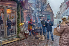 Gente durante las celebraciones de la Navidad en el cuadrado Imagen de archivo libre de regalías