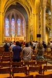 Gente durante masa en la iglesia de San Miguel Imágenes de archivo libres de regalías
