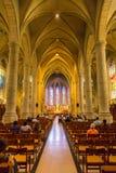 Gente durante masa en la iglesia de San Miguel Fotos de archivo