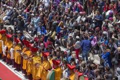 Gente e turista buddisti tibetani nel monastero di Hemis, Ladakh, India immagine stock libera da diritti