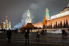 Gente e turisti di camminata sulle vie e sul quadrato decorati fotografia stock libera da diritti