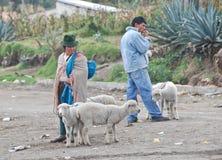 Gente ecuadoriana indigena in un mercato Immagini Stock Libere da Diritti