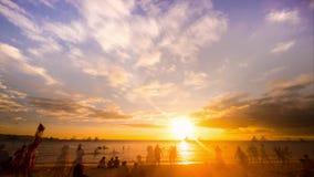 Gente el vacaciones Puesta del sol en la playa arenosa tropical Boracay, Filipinas