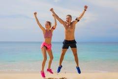 Gente emozionante dopo l'allenamento sulla spiaggia Immagine Stock