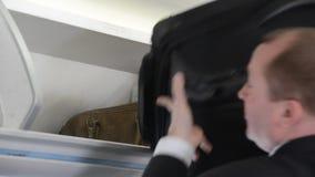 Gente en aeroplano almacen de video