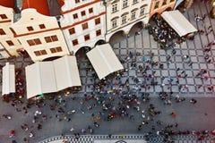 Gente en aguardar cuadrado principal de Praga para el evento del reloj Fotos de archivo libres de regalías