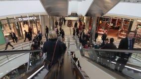 Gente en alameda de compras