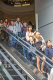 Gente en alameda de la escalera móvil Imágenes de archivo libres de regalías