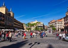 Gente en alcalde de la plaza, Segovia, España imagenes de archivo