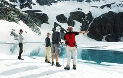 Gente en altas montañas imagenes de archivo