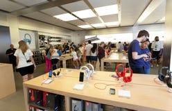 Gente en Apple Store en Fifth Avenue en Manhattan Imágenes de archivo libres de regalías