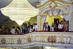 Gente en balcón en el sitio de oro de Surikov Pasillo Fotos de archivo libres de regalías