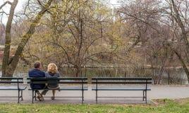 Gente en banco de parque Fotografía de archivo