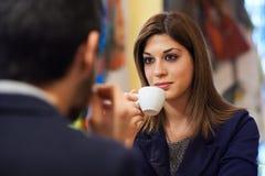 Gente en barra con café de consumición del café express de la mujer Imagen de archivo libre de regalías