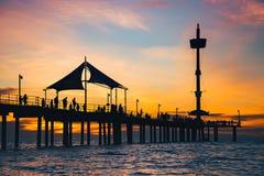 Gente en Brighton Jetty en la puesta del sol Imagen de archivo