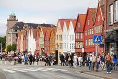 Gente en Bryggen hanseático foto de archivo