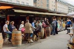 Gente en café al aire libre en el área de Naschmarkt, la mayoría del mercado popular de Viena imagen de archivo