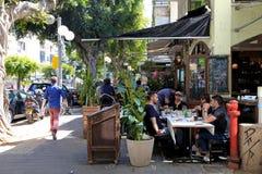 Gente en café al aire libre en la calle de Dizengoff en Tel Aviv, Israel imagenes de archivo