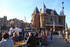 Gente en café al aire libre en la nueva plaza del mercado de Nieuwmarkt en centavo fotos de archivo