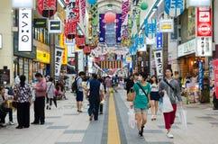 Gente en calle de las compras de Sapporo Foto de archivo libre de regalías