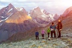 Gente en camino de la montaña Foto de archivo libre de regalías