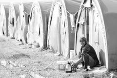 Gente en campamento de refugiados Fotografía de archivo libre de regalías