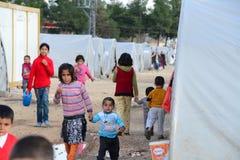Gente en campamento de refugiados Imagenes de archivo