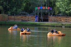 Gente en catamaranes en el parque de atracciones en Pyatigorsk, Rusia Imagen de archivo