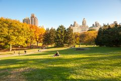 Gente en Central Park en otoño con el cielo azul claro Imagenes de archivo