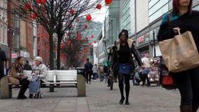 Gente en centro del centro de Manchester City almacen de metraje de vídeo