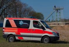 Gente en coche de la ambulancia Imágenes de archivo libres de regalías